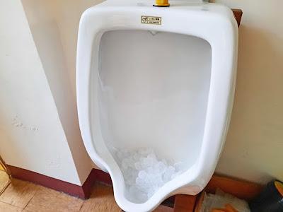 小便斗放冰塊